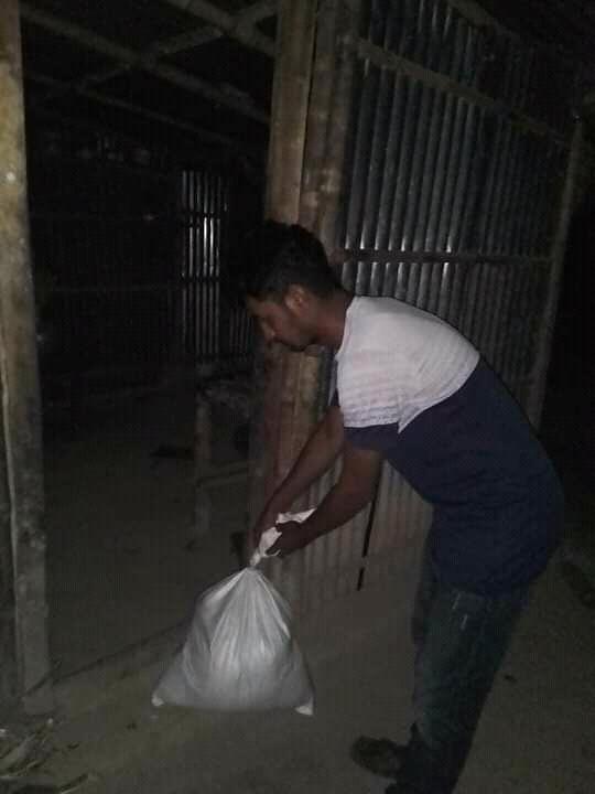 রাতের আঁধারে অসহায়দের ঘরে খাদ্যসামগ্রি পৌঁছে দিচ্ছেন নাঈম আহমেদ