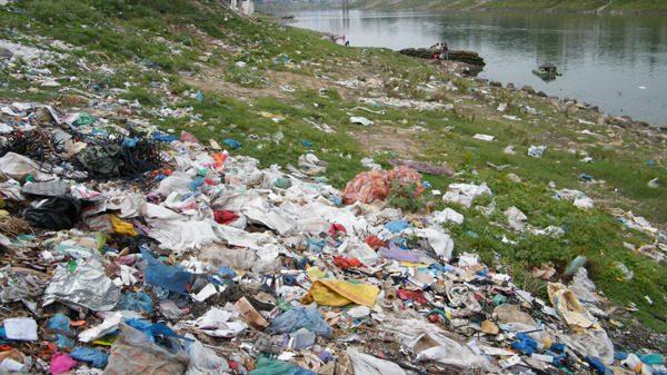 সুরমা নদীর দুই তীরে ফেলা হচ্ছে ময়লা আবর্জনা