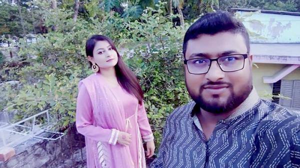 স্ত্রী ঊষার সঙ্গে সেলফি তোলেন মুন্না