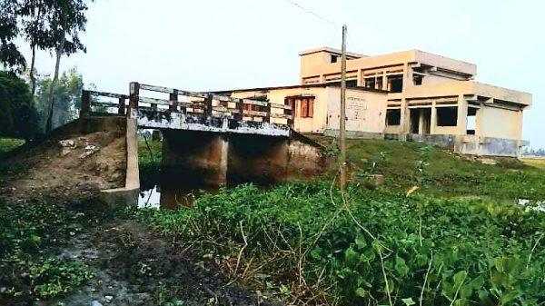 বাহুবলের মহব্বতপুর সরকারি প্রাথমিক বিদ্যালয়ে রাস্তা নেই
